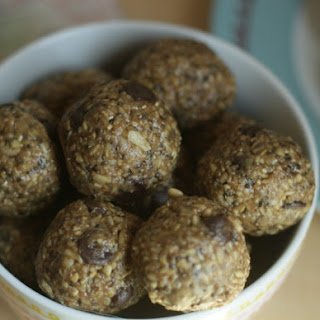 Easy No Bake Oatmeal Chocolate Peanut Butter Protein Balls
