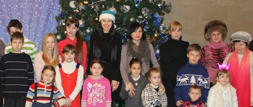 Photo: Директор Благотворительного Фонда Сердце Мира Янина Шевченко и дети в Национальном Дворце Украина
