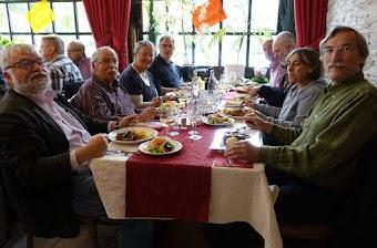 Gruppe am Tisch, zufriedene Gesichter, das Essen scheint zu schmecken.