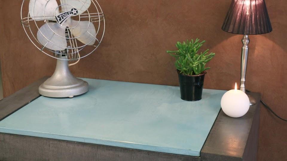 Bureau avec plateau amovible réalisé en béton ciré décoratif sur-mesure