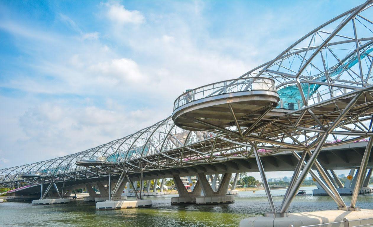 Helix Bridge saat siang hari
