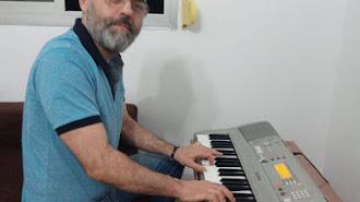 Francisco Pérez delante del teclado del que se 'enamoró' hace diez años en una tienda de música.
