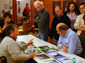 Photo: Paolo CARTAGINE legge il portfolio di Renzo BELLOGI