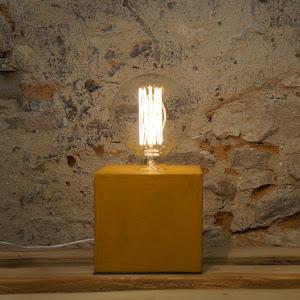 lampe cube en béton ciré de couleur jaune moutarde design par la créatrice junny
