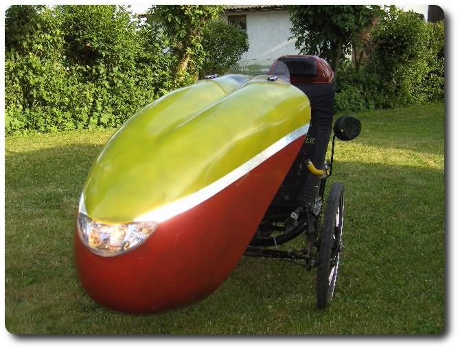 Kundenfahrzeug mit Scheinwerfer eines Motorrollers
