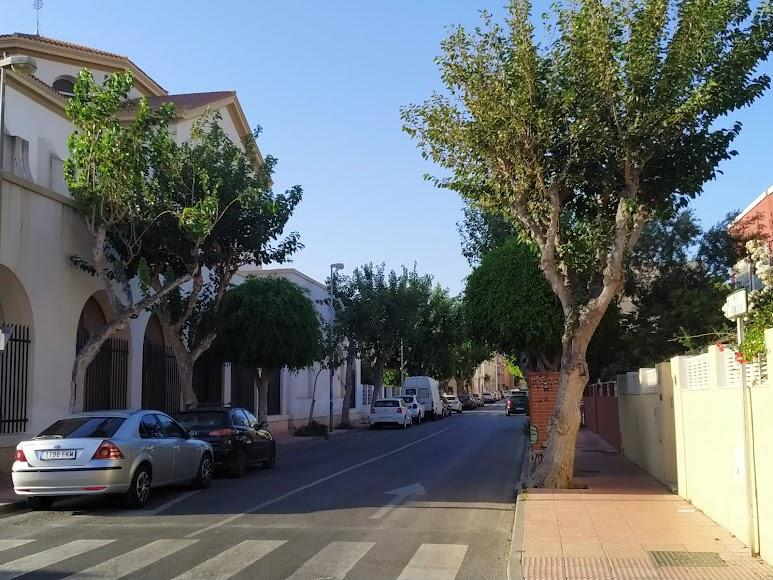 Calle Andalucía en la que está la iglesia, el colegio y las moreras