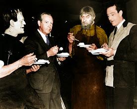 """Photo: Boris Karloff, o diretor Rowland V. Lee, Bela Lugosi e Basil Rathbone comendo um bolinho nos bastidores de """"O Filho de Frankenstein"""". http://filmesclassicos.podbean.com"""