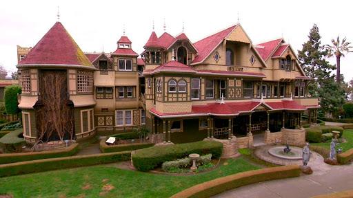 Vista frontal de la mansion Winchester en la actualidad