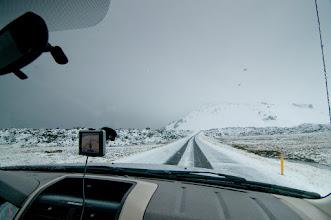 Photo: Y aquí empezó la nieve, que nos acompañaría unos buenos kilómetros...pero de forma muy curiosa, porque pasamos de no haber nada de nieve a nivel del mar, a de golpe ver a lo lejos (no mucha distancia porque hacia un día muy malo) las montañas totalmente nevadas hasta abajo. Y aquí veis como empezaba a estar la carretera, con un manto de nieve-agua-nieve.