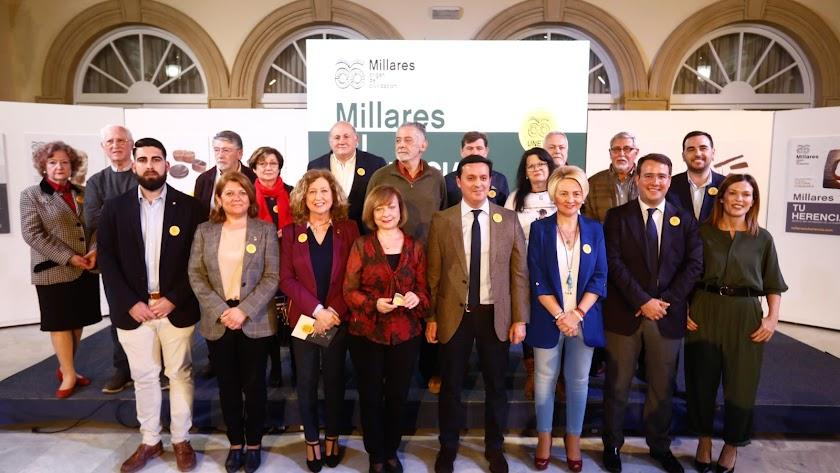 Foto de familia tras la presentación de la campaña.
