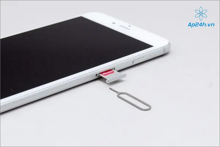 Lắp thẻ SIM vào iPhone, tránh để lồi khỏi thân máy