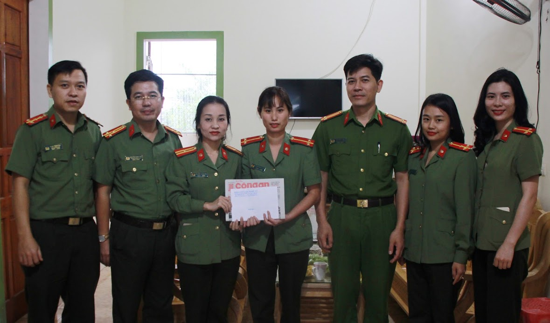Thăm, tặng quà cho gia đình đồng chí Trung úy Nguyễn Thị Hồng Thúy cán bộ Công an huyện Đô Lương
