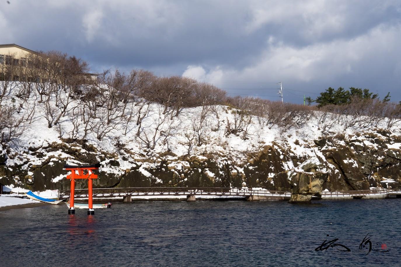 赤い鳥居と瓶子岩(へいしいわ)を望む