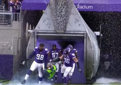 VIDEO: Technicus zag niet dat de American Football-spelers al uit de tunnel kwamen en beklaagde het zich meteen