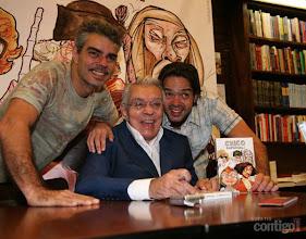 Photo: Chico posa para foto ao lado dos filhos Nizo Neto e Bruno Mazzeo em noite de autógrafos do DVD com os melhores momentos da carreira do humorista