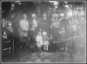 """Photo: Zdjęcie najprawdopodobniej wykonane w latach 20-tych w lasku obok dzisiejszego """"Pawilonu"""" na osiedlu Górka lub w miejscu dzisiejszego placu zabaw dla dzieci (Ogródek Jordanowski)"""