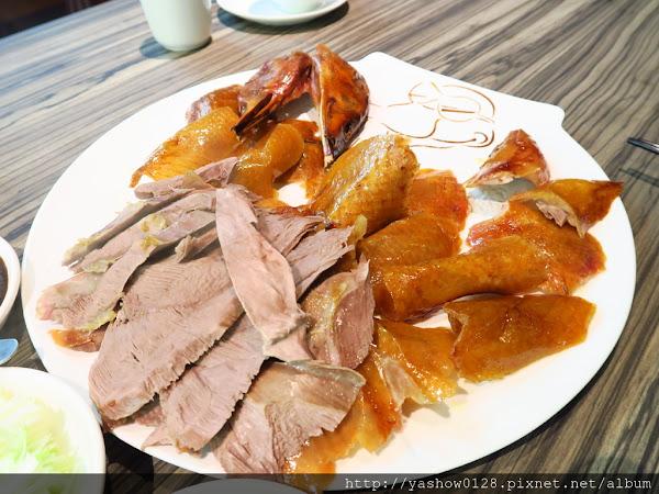 【台中南屯區】搬新家的鴨片館新北平烤鴨專賣~~一隻烤鴨可以有八種吃法,還送上桌邊片鴨秀,看了讓人口水直流啊~合菜料理加上北方麵食,吃到的都好吃,是多人聚餐的好選擇喔~~