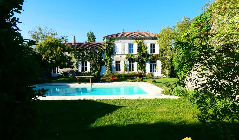 Maison avec piscine et terrasse Saint-Fort-sur-Gironde
