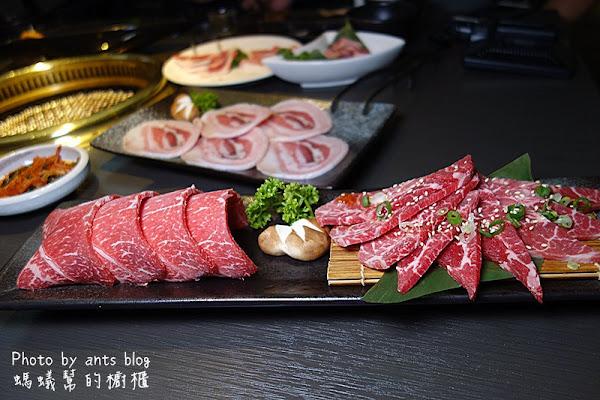 肉肉燒肉 超豪華三人套餐,10種新鮮肉品搭配超滿足!日本進口燒烤專用陶瓷碳爐,台中美味燒肉推薦。