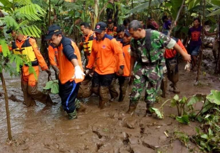 korban banjir bandang kediri renggut 2 nyawa wisatawan