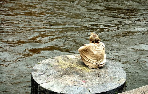 L'uomo vicino al fiume di donnavventura