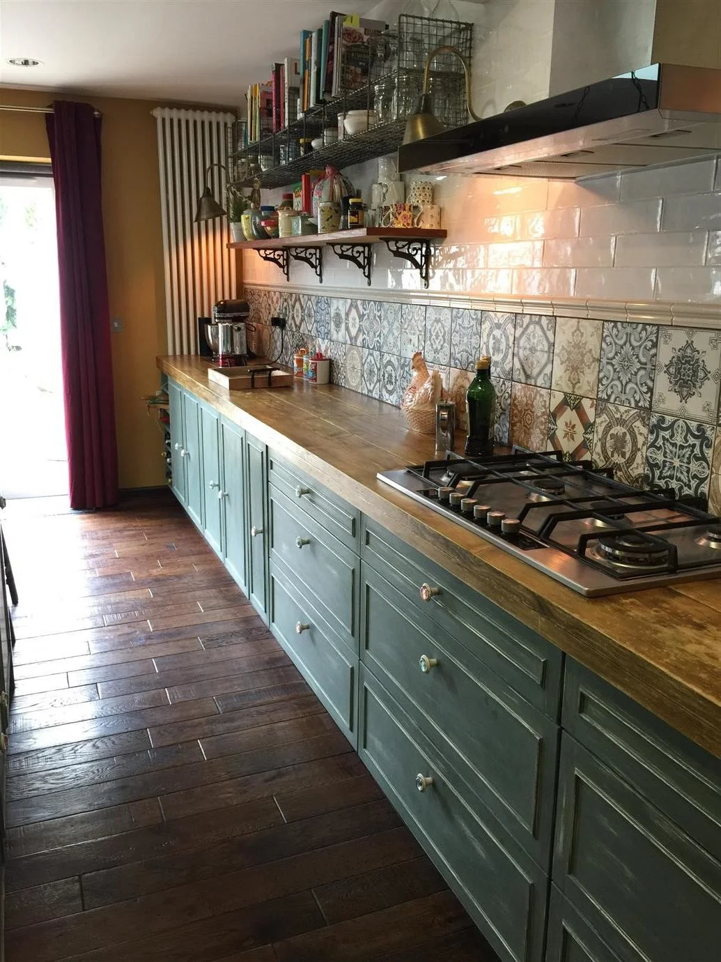 Színes vintage csempék a konyhában nagyszerűen kiegészítik a fehér kézzel készített csempéket.