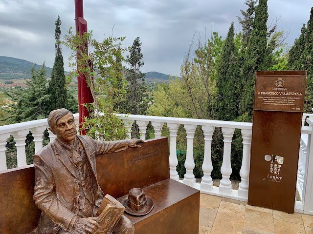 La escultórica en bronce de Francisco Villaespesa, obra de Jesús Cuesta Arana.