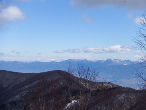 左奥に四阿山、右に美ヶ原、手前は1698m三角点峰