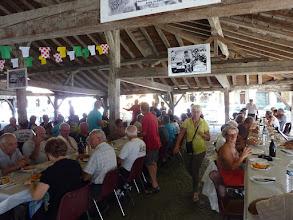 Photo: Le repas sous la halle