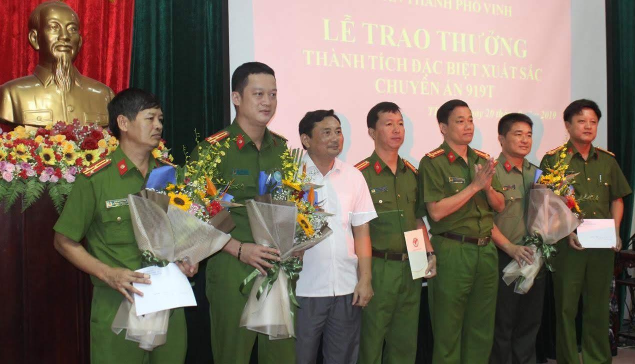 Đồng chí Đại tá Nguyễn Mạnh Hùng, Phó Giám đốc Công an tỉnh trao thưởng                                    thành tích xuất sắc của Công an các đơn vị, địa phương trong 1 chuyên án