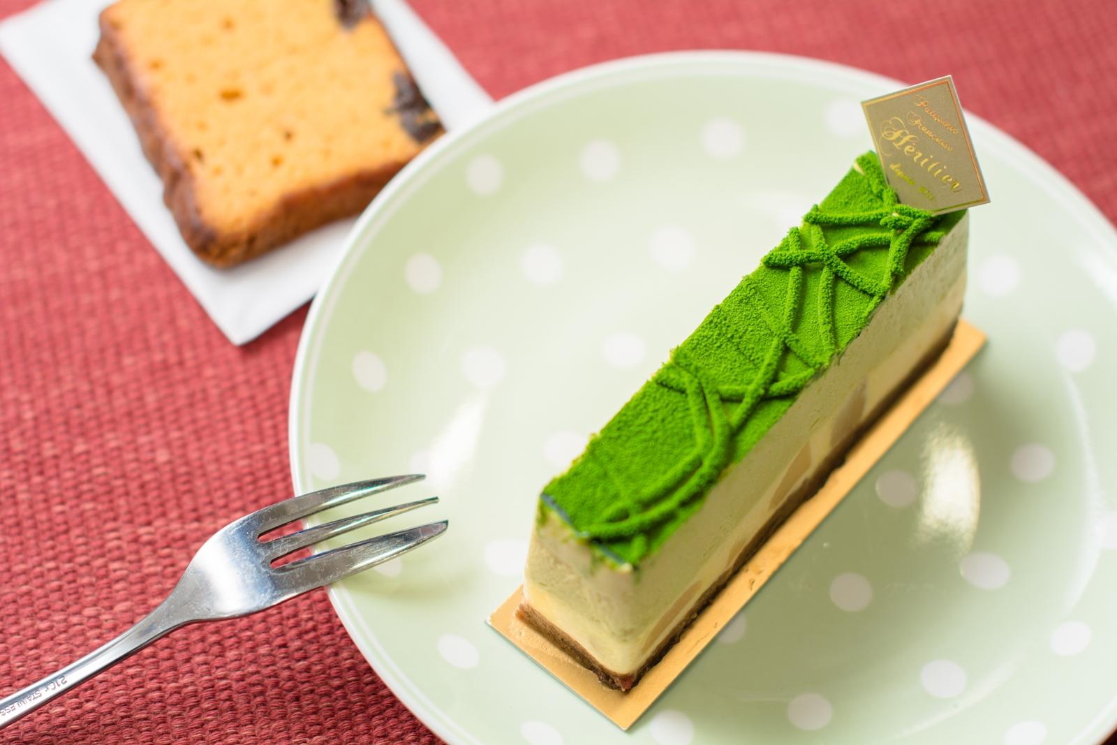 Photo: 「シシリー・ポワール」 フランス菓子 エリティエ  緑がとても綺麗な新作のムースケーキ♪ 上の層にはピスタチオのムースがたっぷりと その下は洋ナシのムース、 果実も入り、 合わせて蒸留酒も入っているそうで そのためか想像しているよりもとっても軽く 口に入れると爽やかに広がっていきました~♪ 底にはチョコの生地が敷かれていて こちらにはラム酒が使われ 最初はほんのり感じる程度でしたが その後に喉からす~っと感じる心地良い香りが 少し大人な味わいを楽しませてくれました☆  もう1品は「キャラメル・プリュノー」という 昨日の紹介に続いてこちらもパウンドケーキ♪ キャラメル味の生地はしっとりと その中に弾力のあるプルーン現れて 一噛み一噛み 心地良い香りと甘味が楽しめました^^  昨日に続いて、 月曜日はエリティエさんのケーキをもう一組 美味しくいただいていたのでご紹介です♪  「 +フランス菓子 エリティエ 」 < http://goo.gl/IwWEoa > #ごちそうフォト #cooljapan Nikon D7100 Nikon AF-S NIKKOR 50mm f/1.4G