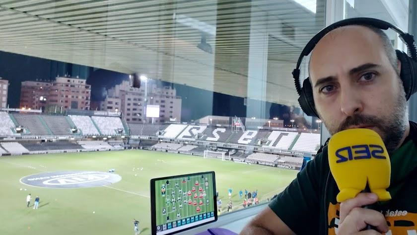 Xavi Sidro, en la cabina de la Cadena SER de Castalia.