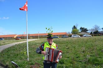 Photo: En forårspyntet Erik Moes byder velkommen med harmonikaen