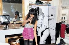 jonge vrouw met sigaret in meisjeskamer