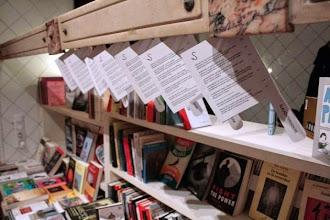 """Photo: Domingo de libros, domingo de Ruta Librera. Hoy estamos en España, en Valencia, y visitamos la librería Slaughterouse (Matadero).  Creo que sigue habiendo discusiones sobre si el nombre de esta librería viene de """"Matadero 5"""" una magnífica novela de Kurt Vonnegut, o lo toma como homenaje a Frank G. Slaughter. Lo que sí os puedo decir es que en cuanto uno entra se da cuenta de que la """"S"""", o lo que habíamos tomado por una """"S"""", es un gancho para carnes. Porque hemos entrado a una vieja carnicería cuya decoración residual nos recuerda, efectivamente, a un matadero. Allí vemos los mostradores en los que nos exponen libros y notas. Si algo caracteriza a esta librería es la cuidada selección de títulos... a gusto de los propietarios, como no. Y eso no hace otra cosa que darle un toque aún más especial. Y qué decir de la comida, sólo hay que ver el menú para darnos cuenta de que estamos a punto de acceder a un lugar nada convencional en el que siguen siendo... ¿los 70? (en otro caso no se entiende que aparezca Norman Mailer entre hamburguesas, Altman en las carnes, Truffaut en las tapas... mejor os dejo el fantástico enlace con un aviso, podéis pasaros horas recorriendo cine y música http://www.slaughterhouse.es/menu#0)  Como lugar, como curiosidad, como sitio de cañas, pero sobre todo como librería. Ganchos llenos de cultura, cursos y talleres, actividades y mucho, mucho que ver. En la calle Denia, Ruzafa. Fotografías: http://www.slaughterhouse.es/  http://cargocollective.com/slaughterhouse"""