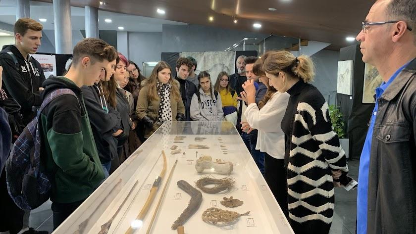 La autora de la exposición, Maximina Espeso, explica a alumnos del IES Santo Domingo los detalles de la muestra.