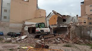 Máquinas demoliendo las últimas viviendas pendientes en Barrio Alto