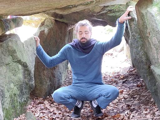 """Ecoute des """"pierres sonnantes"""" Essé"""" (35)"""