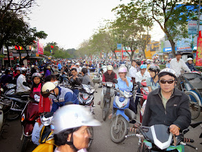 Photo: VIETNAM Hué - dans les rues - la circulation
