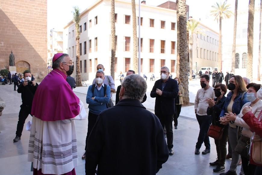 El nuevo obispo, a la salida de la Catedral de la Encarnación, recibido entre aplausos.
