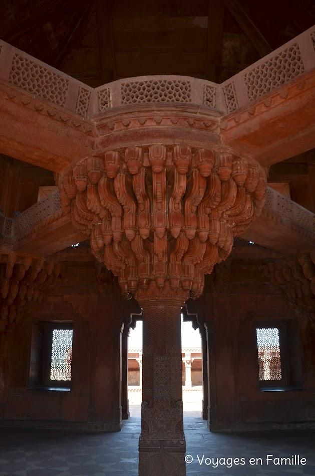 diwan i khas, colonne centrale