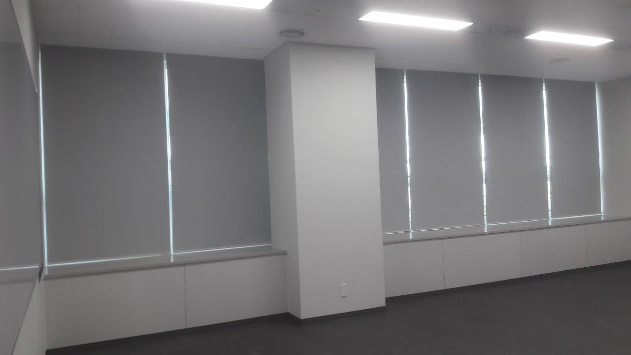 Rèm cuốn văn phòng chống nắng màu ghi