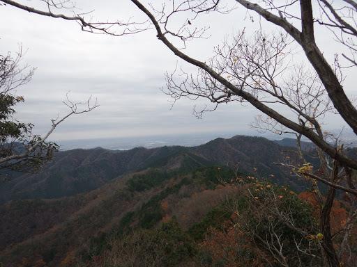 手前に東ノ山、右奥に城ヶ峰