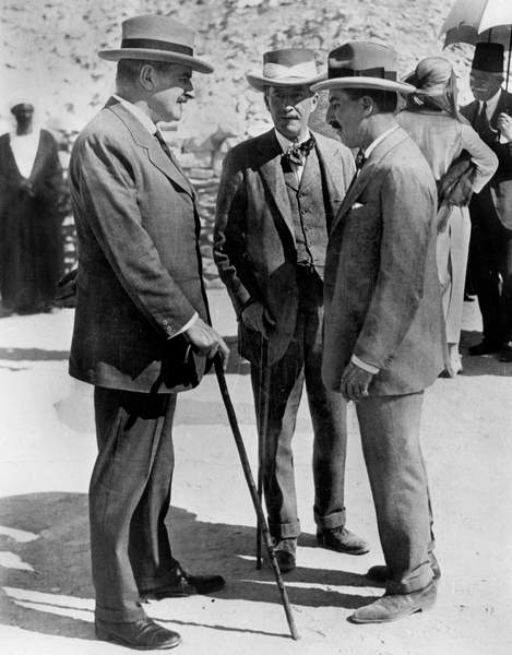 Image of The British Egyptologist Callender with the financier Lord Carnarvon and the archeologist Howard Carter on the site of the excavations of the tomb of Toutankhamon in the Valley of the Kings in Egypt in November 1922, © Tallandier / Bridgeman Images