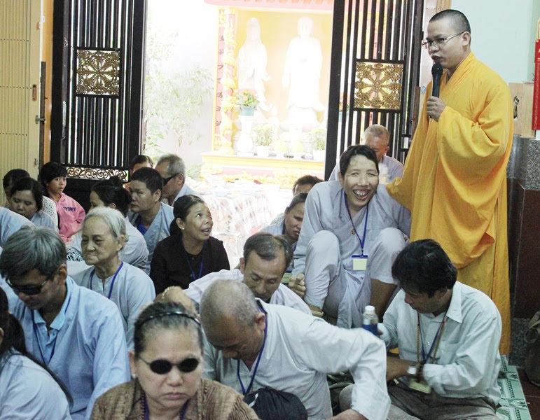 Phật tử khiếm thị hoan hỷ khi nghe những giảng giải về giáo lý từ ĐĐ.Thích Hạnh Văn