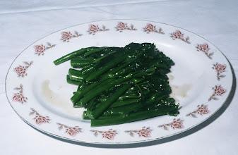 Photo: 04623 広州市/野味香飯店/料理/汾酒梮郊菜/つぼみのついたからし菜の芯を炒め、汾酒を注いでからめる。