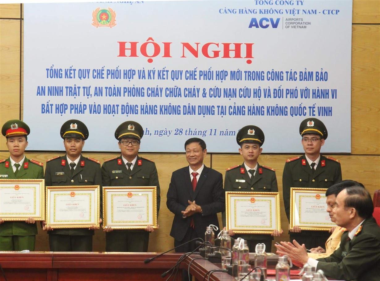 Lãnh đạo Tổng Công ty cảng Hàng không Việt Nam tặng giấy khen cho các tập thể, cá nhân có thành tích xuất sắc