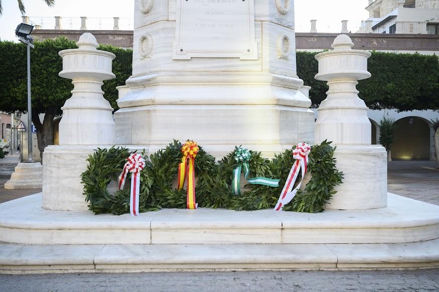 Coronas de flores en el Monumento a los Mártires de la Libertad.