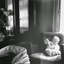 Photo: Winterhalbjahr 1957/58: Trautes Heim - Glück allein. Der erste ,Nachwuchs' im Wohnzimmer.