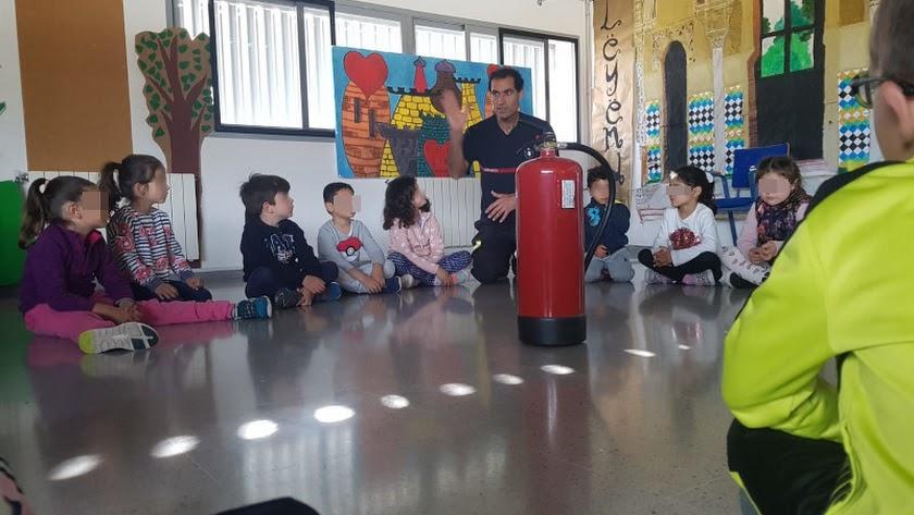 Actividades con los bomberos en un colegio de la capital almeriense.